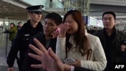 Родственники пассажиров, находившихся на борту пропавшего лайнера, в аэропорту Пекина. 8 марта 2014 года.