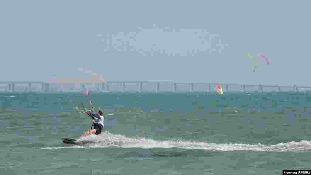 В этом году организаторам и спортсменам повезло с погодой, поскольку проведение соревнований по виндсерфингу и кайтбордингу напрямую зависит от ветра