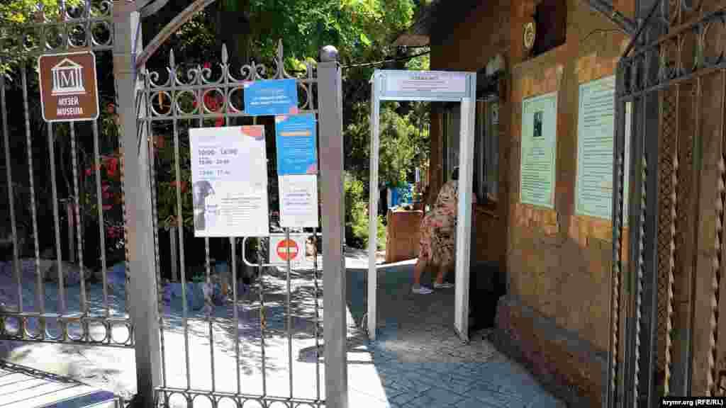 Вход на территорию дачи-музея Чехова. Стоимость билета ‒ 200 рублей (75 гривен)