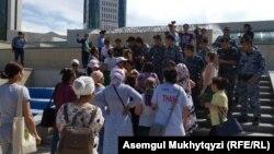 Полицейские заблокировали женщин, направлявшихся в резиденцию президента. Нур-Султан, 12 июля 2019 года.