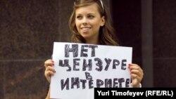 Duma binosi oldida Internet senzurasiga qarshi aksiya qatnashchisi. Moskva, 11 iyul 2012 yil.