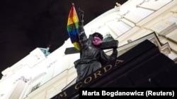 """Статую Христа, несущего крест, в центре Варшавы протестующие активисты """"украсили"""" радужным флагом ЛГБТ-сообщества и розовой маской"""