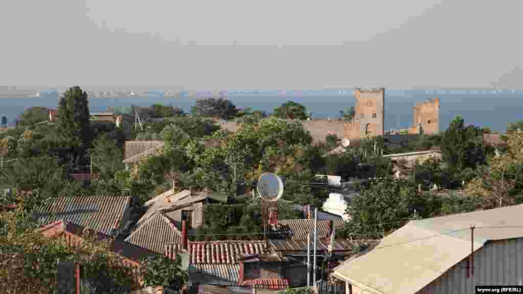 Вид на Карантин с башни Джованни ди Скаффа (Круглая башня)
