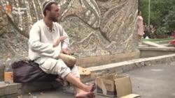 Сайёҳони талбанда дар хиёбонҳои Душанбе