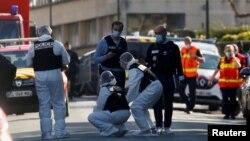 بازرسی پولیس فرانسه در محلی که یک کارمند زن پولیس مورد حمله قرار گرفت