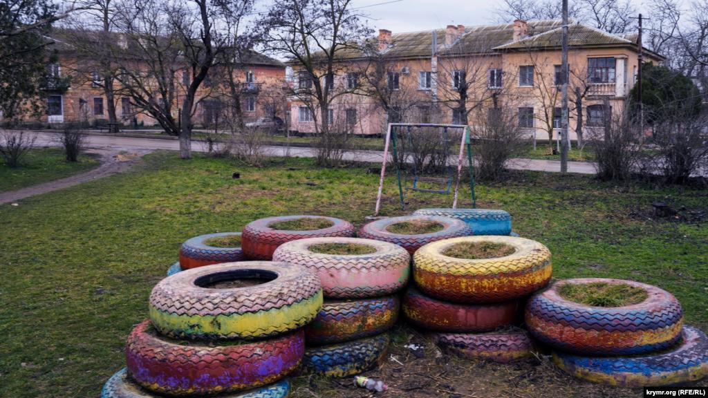 Детская игровая площадка перед старыми ДОСами (домами офицерского состава)