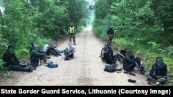 Нелегальные мигранты из Беларуси, задержанные литовскими пограничниками