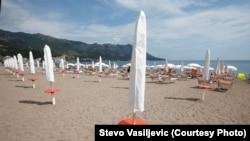 Опустевший из-за карантина пляж в Будве, Черногория, в августе 2020 года