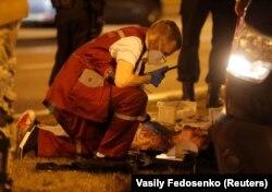Сайлаудан кейін болған наразылық акциясы кезінде жараланған адамға жәрдем танытып жатқан жедел жәрдем қызметкері. Минск, 9 тамыз 2020 жыл.