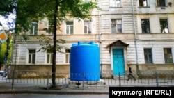Бочка для питьевой воды на симферопольской улице, сентябрь 2020 года