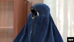 Одна из жертв группового изнасилования в Пагмане выступает во время суда. Кабул, 7 сентября 2014 года.