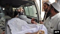 افغانستان: د ماین چاودنې کې د وژل شویو نجونو مړي په امبولېنس کې وړل کېږي. ۱۷ ډسمبر ۲۰۱۲