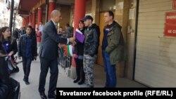 Цветан Цветанов се опитва да подари флагче на граждани във Велико Търново в петък.