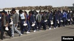 مهاجران تازه در سیسیل. عکس در میانه ماه آوریل گرفته شده است