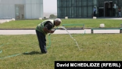 В Минздраве, ссылаясь на предварительные результаты анализов, не исключили, что в Кварели имела место вспышка так называемой норовирусной инфекции, которая может быть вызвана загрязнением питьевой воды