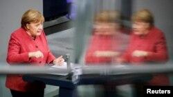 Angela Merkel német kancellár magyaráz a berlini Bundestagban, 2020. december 9-én.