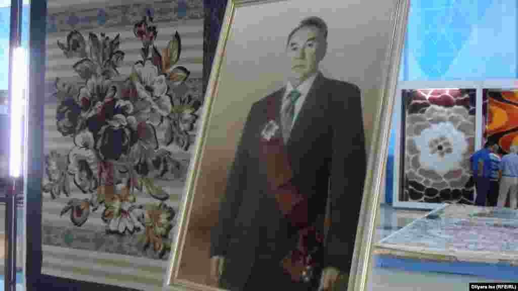 Ковер с изображением президента Казахстана Нурсултана Назарбаева выставлен на самом видном месте. Покупателей рядом с этим ковром замечено не было.