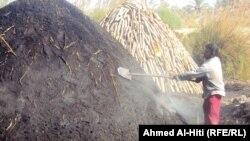 عامل في صناعة الفحم في الانبار