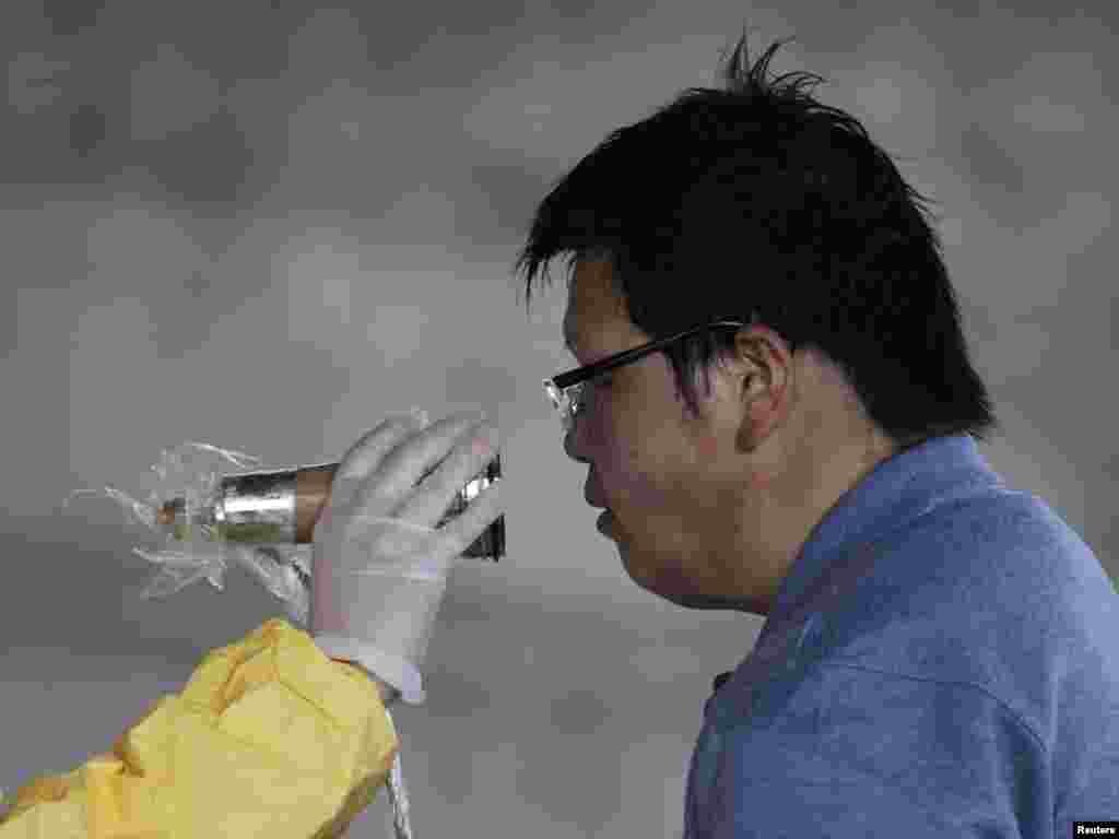 Mjerenje nivoa radijacije u Nagahamau, 14.03.2011. Foto: Reuters / Yuriko Nakao