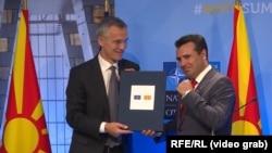 Generalni sekretar NATO Jens Stoltenberg i makedonski premijer Zoran Zaev sa zvaničnim pozivom Makedoniji za članstvo