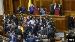 Опозиційні депутати блокують трибуну Верховної Ради України, Київ, 14 січня 2014 року