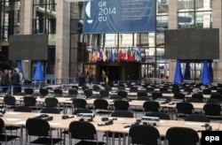 Главный вход в здание Совета Европы в Брюсселе, накануне саммита ЕС 19 марта, на котором будут обсуждаться санкции против России