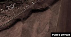Оңтүстік Қазақстан облысы, Қазығұрт ауданы, Шарбұлақ ауылы маңындағы белгісіз нысан. Google сайтындағы спутник фотосының скриншоты.