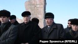 "Чечечнцы-аккинцы у ""Камня скорби"", фото из архива"