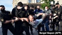 Задержания во время акций в поддержку потенциальных соперников действующего президента Беларуси Александра Лукашенко на президентских выборах. Минск, 19 июня 2020 года.