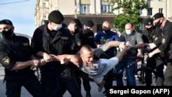 Задержание участника оппозиционной акции в Минске. 19 июня 2020 года.