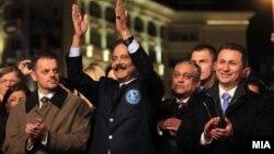 Сопственикот на Сахара групацијата Субрата Рој, премиерот на Македонија Никола Груевски и вицепремиерот Зоран Ставрески на отворањето на Балканскиот мировен фестивал во Скопје.