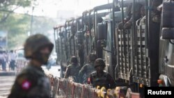 Ushtria në rrugët e qytetit Jangon në Mianmar.