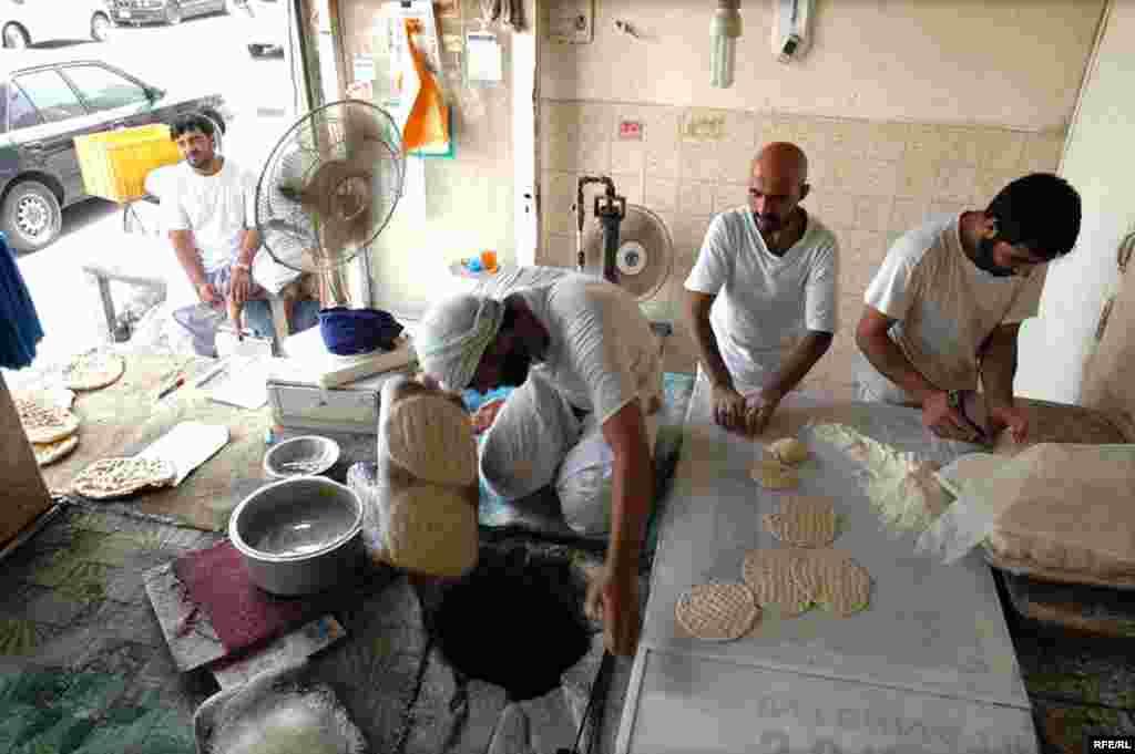 نانواهای دبی که اغلب افغان هستند مجبورند در گرمای تابستان کنار تنور داغ کار کنند