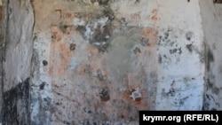 На стене остались следы от некогда располагавшегося здесь пожарного щита