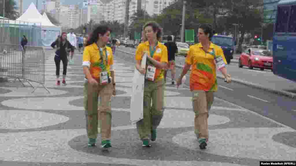Волонтеры, которые оказывают различную помощь гостям Олимпиады.