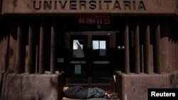 Кризис негативно отразился на системе образования в Испании. Это здание университетской библиотеки в Мадриде закрыто.