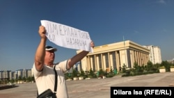 Житель Шымкента Нуржан Мухаммедов на одиночной акции протеста. 11 июля 2019 года.