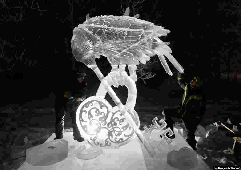 """""""Ключ во всем дверям"""" - так назвали свою работу участники российской команды. Фестиваль-конкурс снежных и ледовых скульптур «Волшебный лёд Сибири» проходит в Красноярске с 2013 года."""