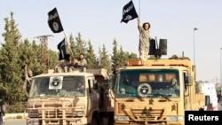 استعراض لعناصر داعش في محافظة الرقة السورية