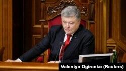 Президент України Петро Порошенко особисто закликав депутатів голосувати за закон про створення антикорупційного суду