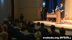 Тацяна Караткевіч ля мікрафону. Зьлева на сцэне – сурдаперакладчыца