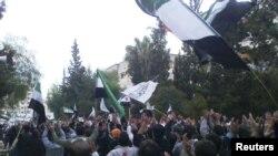 محتجون يتظاهرون في حمص