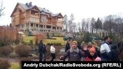 Люди відвідують резиденцію «Межигір'я» після втечі Віктора Януковича, 22 лютого 2014 року