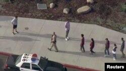 Policia në afërsi të shkollës ku ndodhi incidenti.