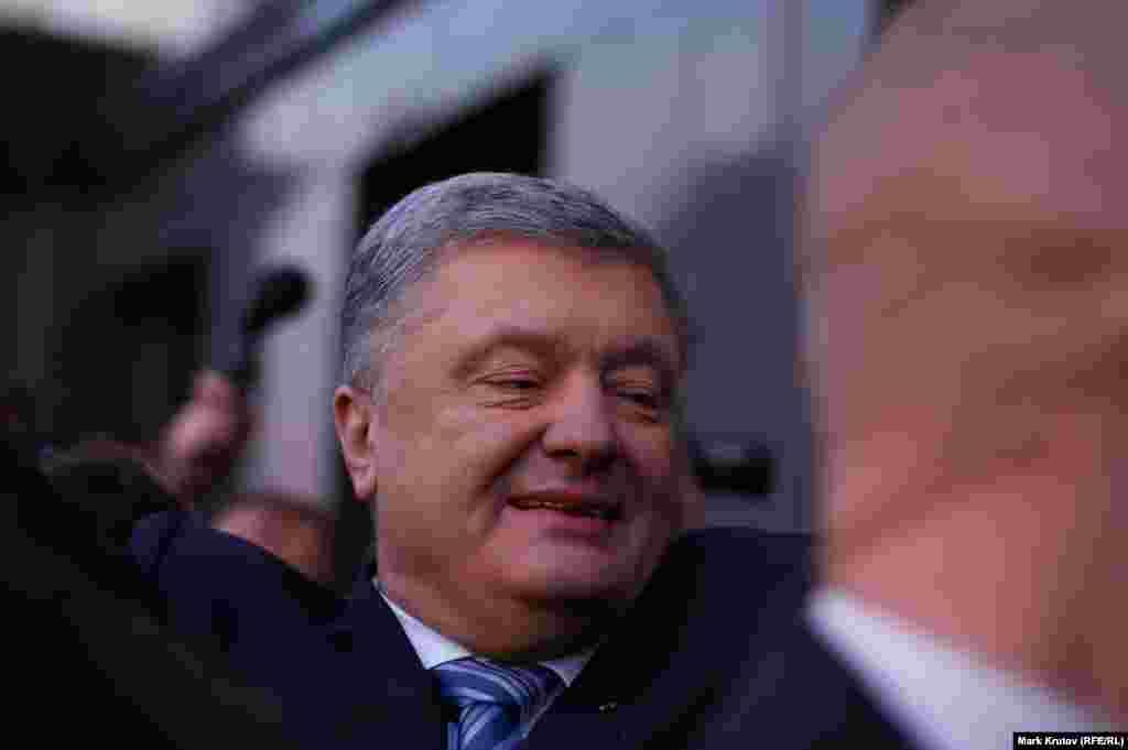 После нескольких коротких интервью Порошенко скрылся в здании администрации.