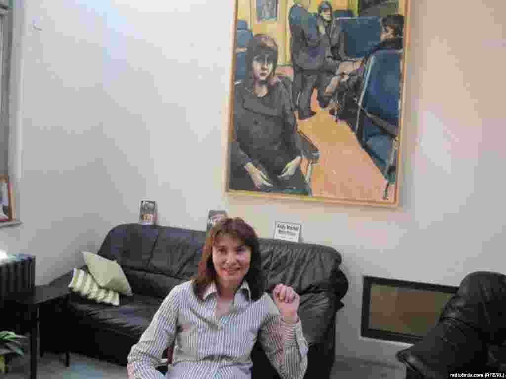 مارکتا مالیشوا رئیس انجمن غیردولتی کافکاشناسی در پراگ در دفتر کارش