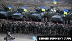Ukraina prezidenti Ukraina askerlerinen körüşe, örnek resim