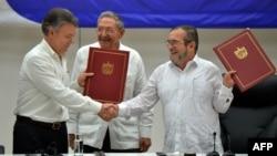 """Президент Колумбии Хуан Мануэль Сантос и глава группировки FARC Тимолено Хименес (""""Тимошенко"""") заключают соглашение о перемирии"""