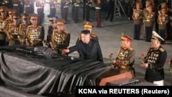 Kim Jong Un la aniversarea de 68 de ani de la armistițiul coreean. Armistițiul a fost semnat în 1953 și a pus capăt războiului din Coreea. Ca urmare a acelui război a fost instaurată zona demilitarizată coreeană.