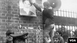 Иран студенттерінің АҚШ елшілігін басып алған сәті. Тегеран, 1979 жыл. (Көрнекі сурет)